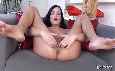 Sexy dark haired babe stretches her twat